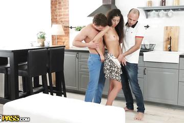Искусно долбиться на кухне с двумя трахарями