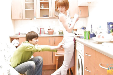 Засадил жене с маленькими сиськами на кухне