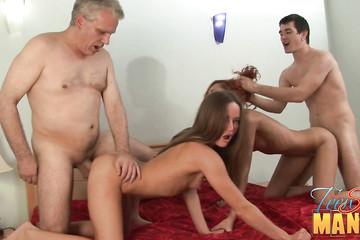 Сын с папой порет двух молоденьких сучек на одной койке