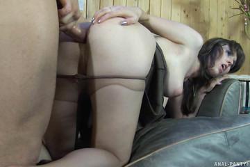 Грудастую подружку чувак нежно трахает в анал на диване