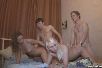 Секс молодых русских свингеров вчетвером