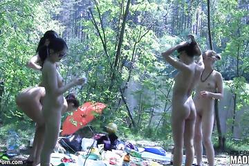 Обнаженные телочки на пикнике в лесу