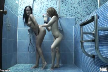 В душе девчонки забавляются голые