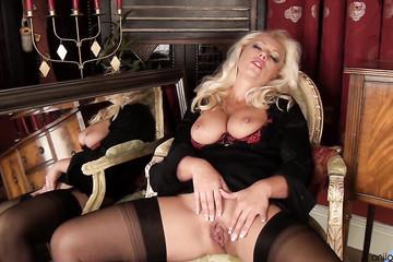 Грудастая дамочка коротает время за мастурбацией перед зеркалом