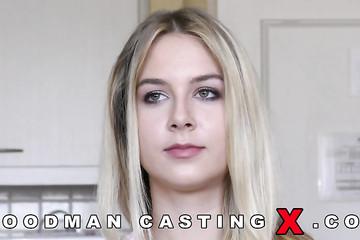 Русская блондинка разделась перед Вудманом