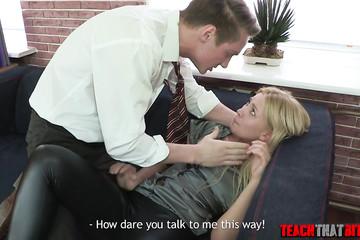 Трахнул в задницу молоденькую блондинку-коллегу за плохой отчет