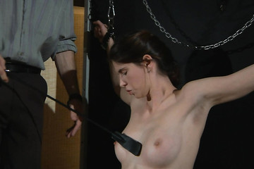 Милая сучка охотно подчиняется жесткому хозяину