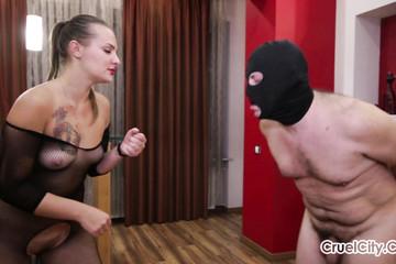 Толстожопая мадам избила непослушного раба