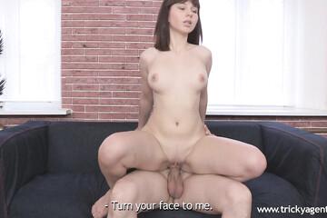 Смелая девушка решилась на секс на кастинге
