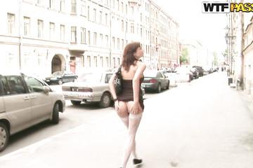 Телочка чудит перед парнями с камерой в лесу и в центре города