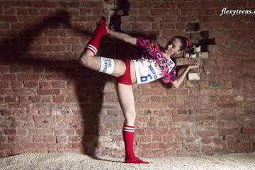 Гимнастка во всю готовится к олимпиаде