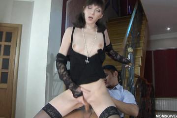 Секс в попку со зрелой в подъезде