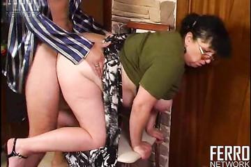 Толстая старая уборщица наслаждается аналом с молодым хозяином
