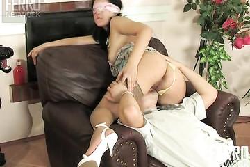 Зрелка играет с любовником и своими чувствами во время секса