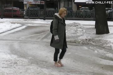 Босая блондиночка гуляет по улицам зимой