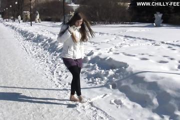 Длинноволосая краля прошлась босяком по улице зимой