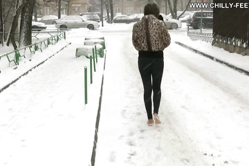 Фетиш прогулка по снегу без обуви