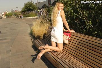 Девчонка в белом платье по улице ходит босой