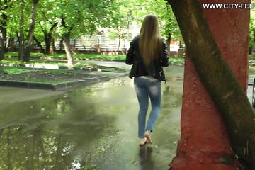 Девушка босая ходит по улице