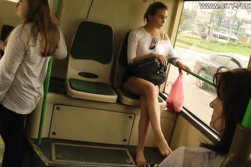 Подруга в короткой юбке гуляет без обуви