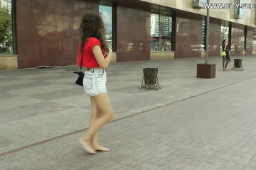 Молодуха прошлась по улице босыми ножками