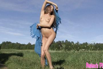 Красотка решила поразвратничать на поле