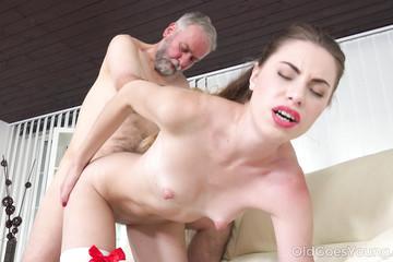 Дед потратил пенсию на молодую проститутку