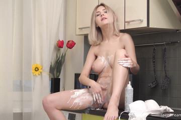 Сладкая блондиночка вся в сливках шалит пальцем в писе